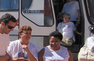 A chegada do primeiro ônibus que trouxe o grupo da 3ª idade de Campinas