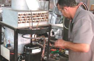 O técnico Cláudinei demonstrando a troca de compressor de choppeiras